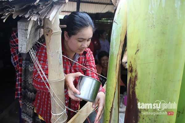 Người dân rửa mặt cạnh cây chuối để cầu mong khỏe mạnh
