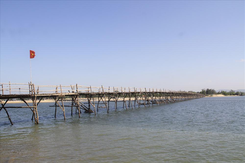Cầu được làm từ những tấm ván gỗ từ thân cây phi lao, thành cầu làm bằng những thân tre già. Ảnh: Văn Định
