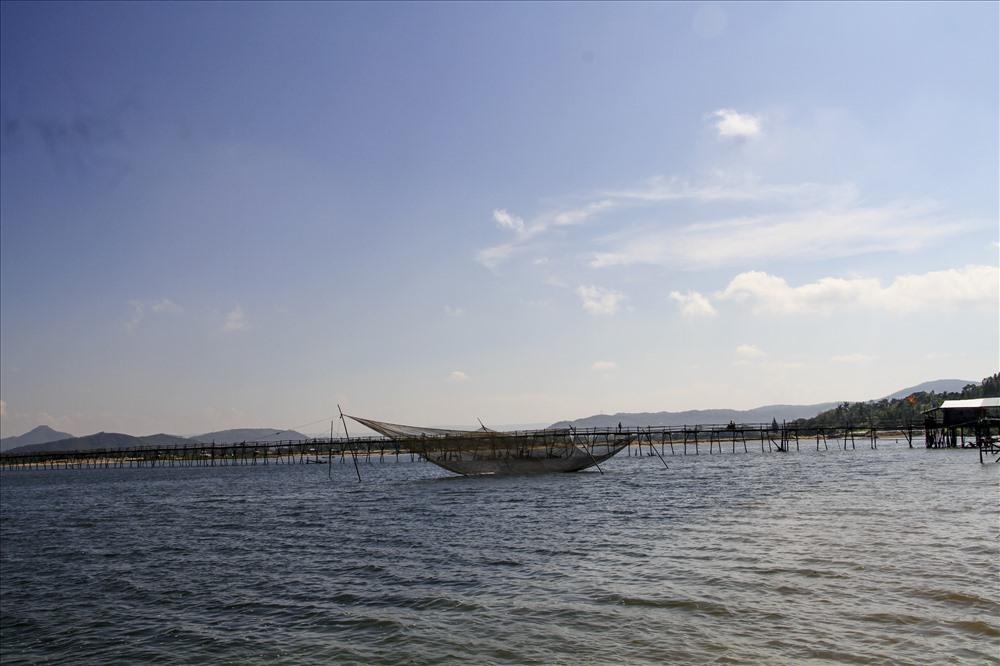 Cầu Ông Cọp với chiều dài hơn 700m và rộng 1,5m là cây cầu gỗ dài nhất Việt Nam. Ảnh: Văn Định