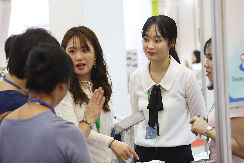 Các công ty Hàn Quốc đến Hội chợ với đa dạng chủng loại hàng hóa đặc biệt là các sản phẩm thủ công mỹ nghệ, mỹ phẩm... cũng thu hút rất đông khách tham quan