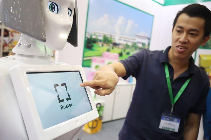 Theo như quảng cáo của doanh nghiệp, KiKi thích hợp với việc tự vấn, hướng dẫn tại siêu thị, văn phòng. Trước ngực robot có màn hình cảm ứng rộng 10