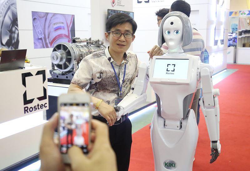 Hình dáng của cô robot cũng được chăm chút rất kỹ với mắt màu xanh, tóc vuông, váy bút chì. KiKi có hình dáng mảnh mai, nặng tới 80kg, cao 1m6.