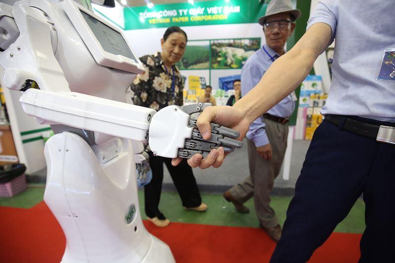 KiKi có khả năng giao tiếp với người đối diện rất ấn tượng thông qua một camera đặt phía trước trên đỉnh đầu robot.