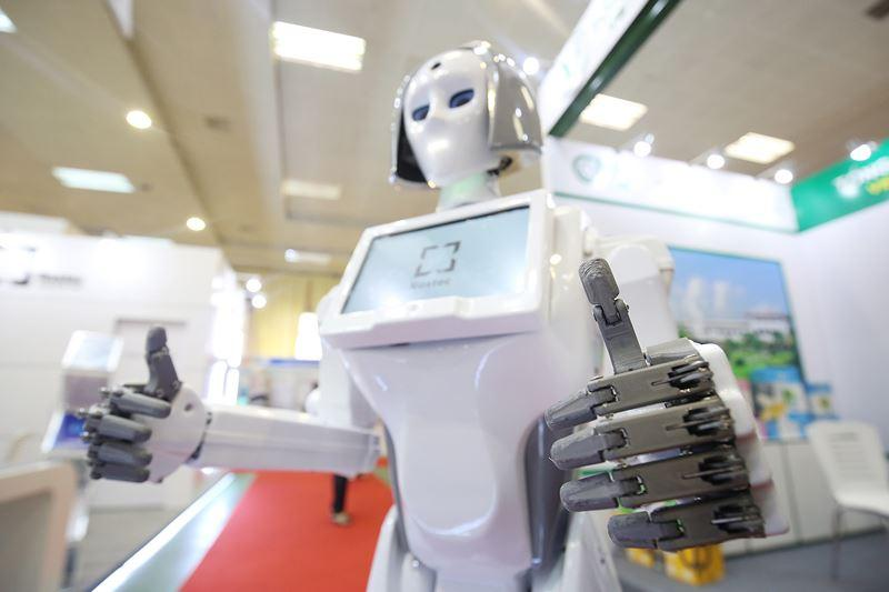 Người máy cũng biểu hiện được rất nhiều tư thế như vẫy tay, bắt tay, cúi đầu chào...