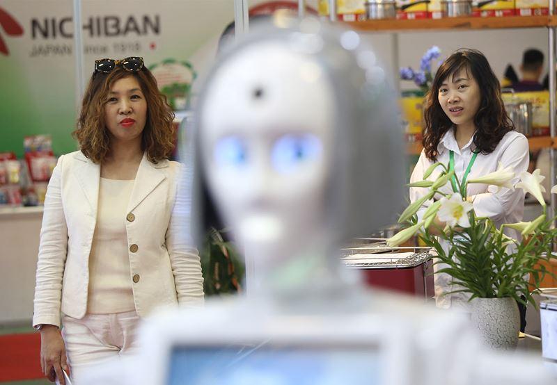Nhiều khách tham quan cho biết rất bất ngờ khi thấy công nghệ người máy phát triển giống với con người đến như vậy.