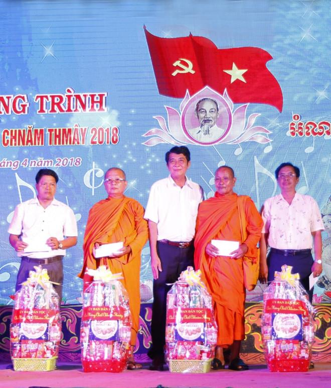 Trao quà tặng nhân dịp Tết Chôl-chnăm-thmây (ảnh: baobaclieu)