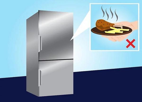 Tuyệt đối không đặt thức ăn nóng vào trong tủ lạnh.