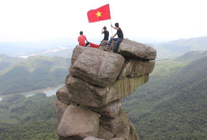 Ngay cả những người dân địa phương cũng rất ít người biết đến địa danh này. Nếu có biết, cũng chưa một lần dám trèo lên những tảng đá nằm chênh vênh bên bờ vực thẳm.