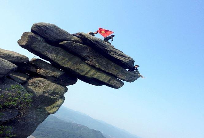 Gọi là núi Đá Chồng vì trên đỉnh núi có hàng chục tảng đá lớn nhỏ được xếp chồng lên nhau. Cảm giác những khối đá được bàn tay con người sắp xếp nằm cheo leo bên vách núi để thách thức lòng dũng cảm.