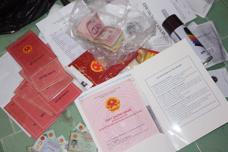 Sổ hộ khẩu, giấy tờ của người dân vay tiền được lực lượng Công an tạm giữ. Ảnh: C.A