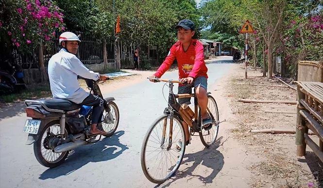 Xe đạp tre thân thiện với môi trường được ứng dụng như những xe đạp bình thường khác - Ảnh: Kim Hà.