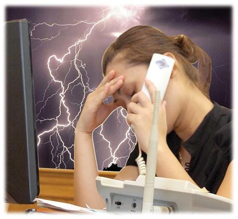Việc sử dụng điện thoại cố định có dây được coi là rất nguy hiểm nếu gặp dông sét (Ảnh minh họa)