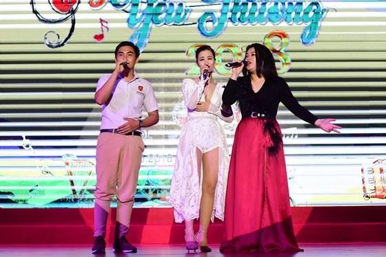 """Ca sĩ Đông Nhi khuấy động không khí buổi Gala trao giải """"Giai điệu Yêu thương"""" 2018 với bài hát """"We belong together"""" biểu diễn cùng các thí sinh cuộc thi."""