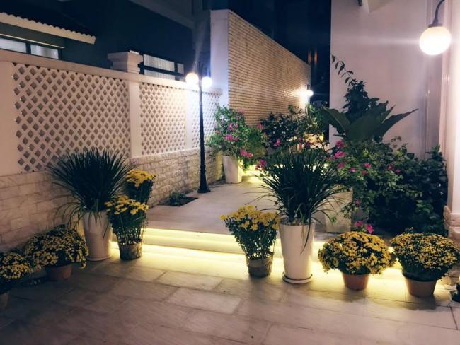 Bên hông nhà được vợ chồng Thủy Tiên, Công Vinh làm đẹp bằng ánh sáng đèn Led và những chậu hoa rực rỡ.