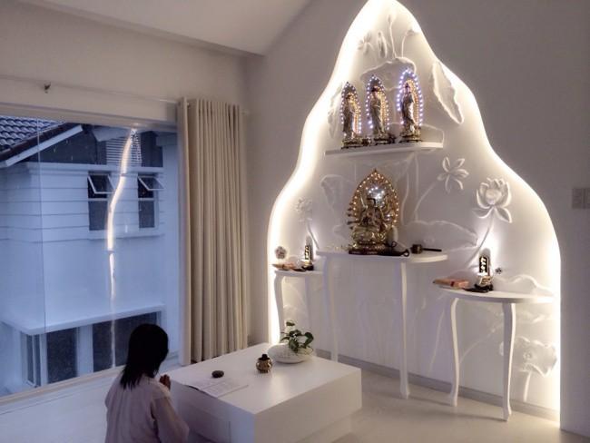 Tầng áp mái là nơi để mẹ của nữ ca sĩ dành riêng cho tâm linh.