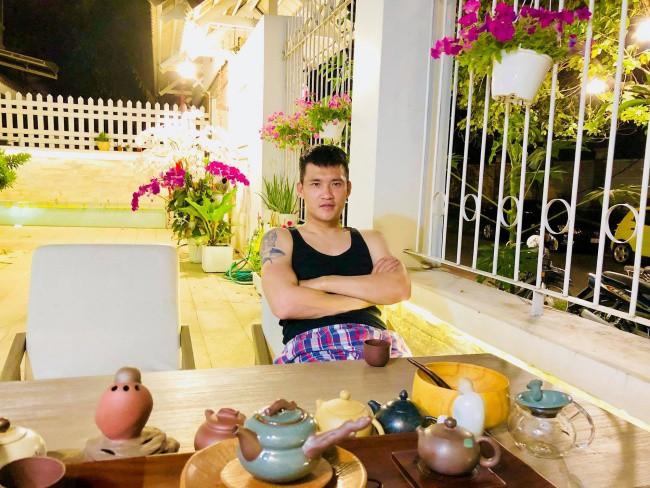 Không gian sân vườn với ánh sáng vàng ấm áp cùng bộ bàn ghế đơn giản, đủ để vợ chồng Thủy Tiên, Công Vinh trò chuyện sum vầy.