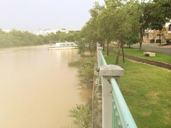 Phía sau biệt thự có sông giúp các gia đình tiện di chuyển, ngắm cảnh thành phố bằng tàu thuyền.
