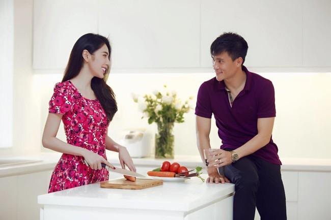 Cặp vợ chồng luôn vui vẻ trò chuyện, cùng nhau nấu nướng.
