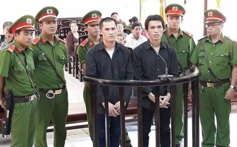 Bị cáo Linh (bên phải ảnh) tại phiên toà sơ thẩm tháng 8-2017 của TAND tỉnh Kiên Giang