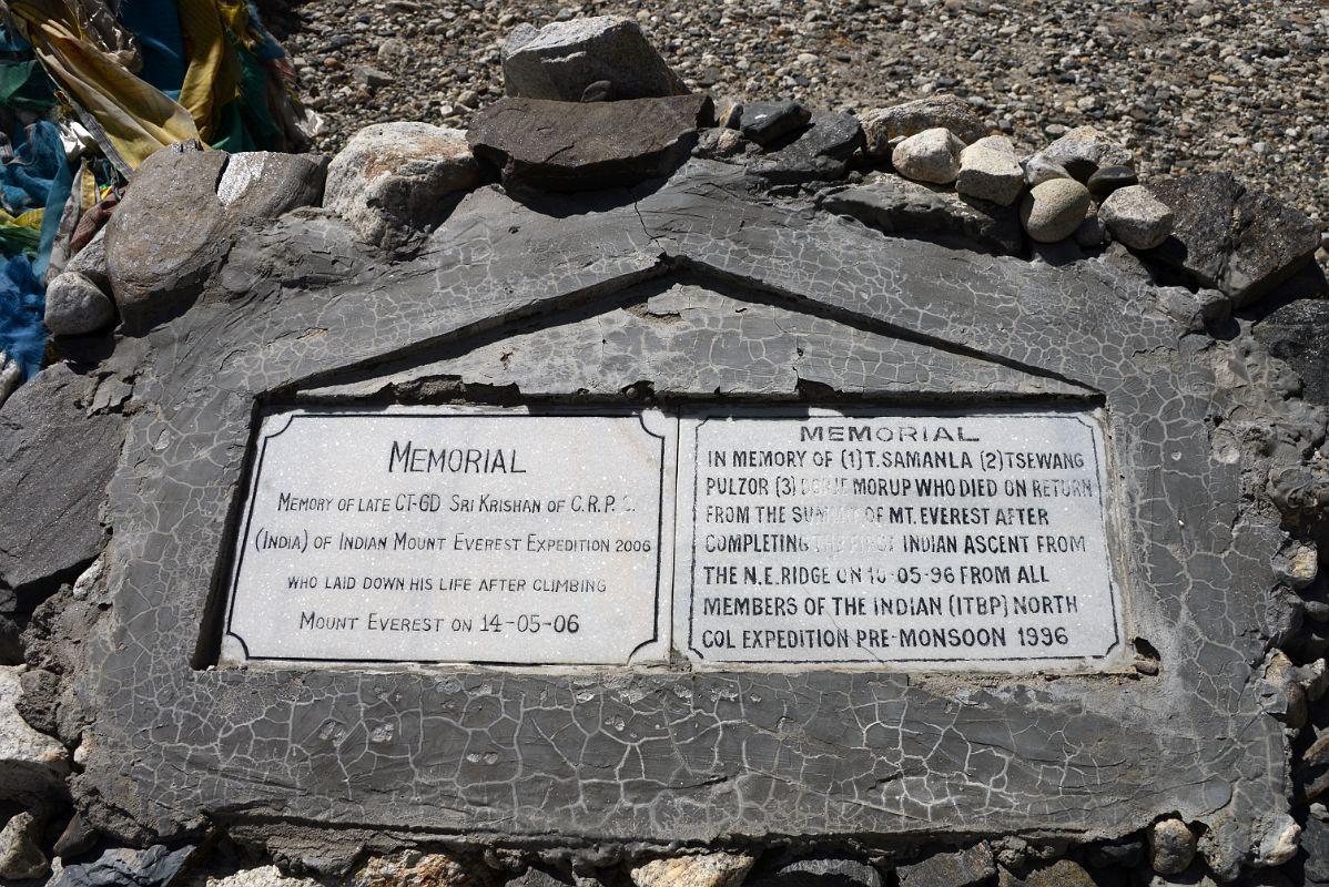 Bia tưởng niệm của Tsewang và đồng đội trên núi Everest.