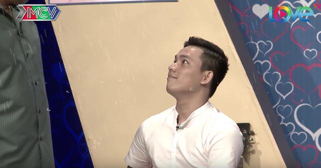 Gương mặt cạn lời của Tín khi cô bạn không đồng ý hẹn hò với mình.