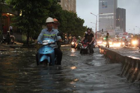 Có Siêu máy bơm gần 100 tỷ USD, Nguyễn Hữu Cảnh ngập vẫn hoàn ngập.
