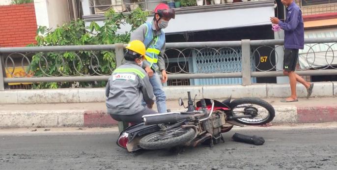 Một người đi đường bị tai nạn khi đi vào chỗ có bùn
