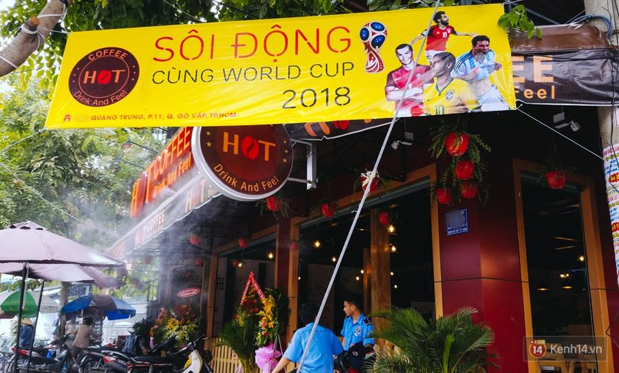 Một quán cafe mới khai trương để chào đón sự sôi động của mùa World Cup 2018.