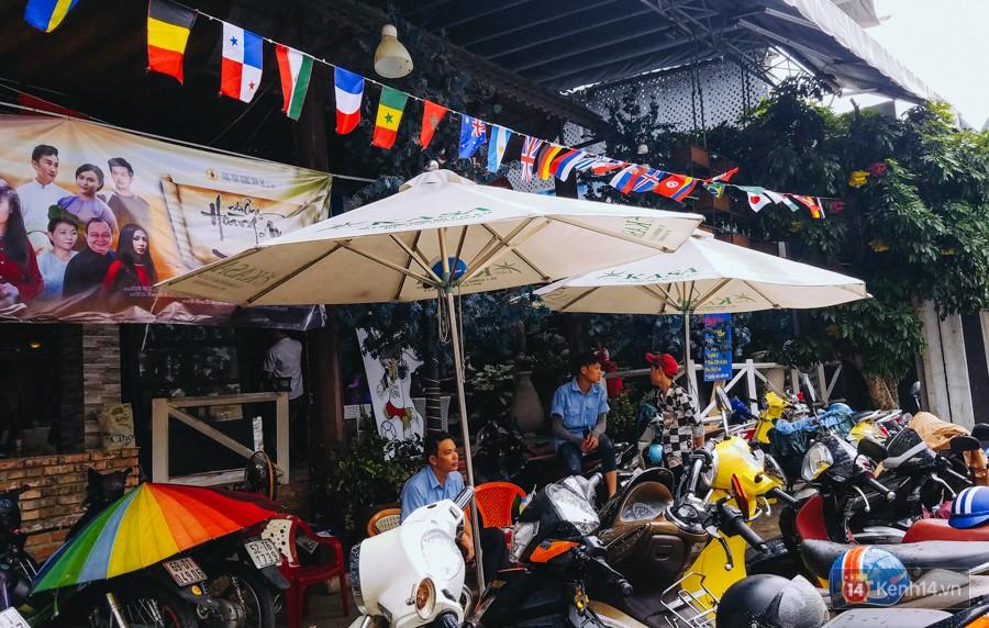 Nhân viên quán cafe cũng được tăng cường để phục vụ nhu cầu thưởng thức bóng đá của khách.