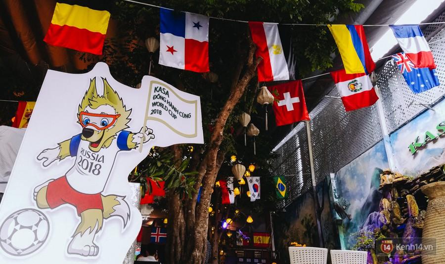 Linh vật World Cup 208 cũng được đặt trước quán cafe để đồng hành cùng giải đấu hấp dẫn nhất hành tinh.