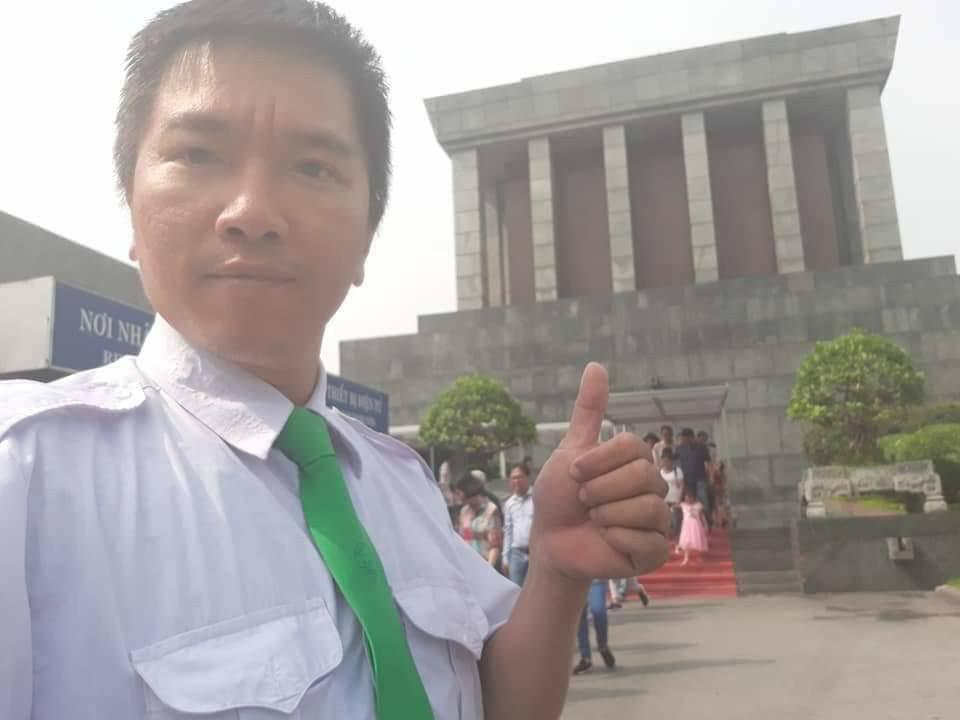 Anh Kiên, tài xế taxi chụp ảnh kỷ niệm khi hoàn thành nửa hành trình bên lăng Bác (Ảnh FBNV)
