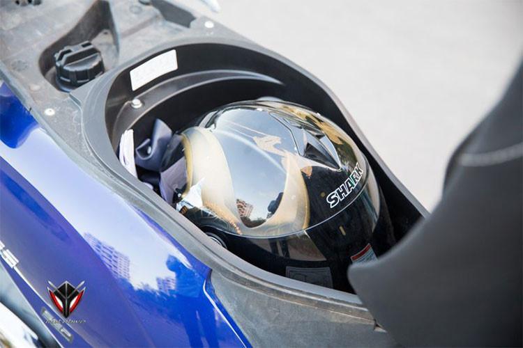 Chiều cao yên Suzuki Access 125 mới khá thấp, ở mức 733mm. Yên xe có thiết kế lớn và dày, sàn để chân rộng rãi nhằm mang lại cảm giác êm ái và thoải mái cho người dùng khi ngồi. Cốp xe được thiết kế tương đối rộng, để vừa một mũ bảo hiểm full và các vật dụng đơn giản khác.
