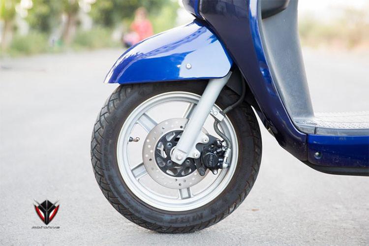 Hệ thống giảm xóc trên xe gồm cặp phuộc trước ống lồng và giảm xóc đơn phía sau bố trí lệch. Xe trang bị phanh đĩa ở trước và phanh tang trống phía sau, tích hợp hệ thống phanh an toàn kết hợp CBS. Vành trước 12 inch với lốp không săm 90/90, vành sau 10 inch với lốp không săm 100/90.