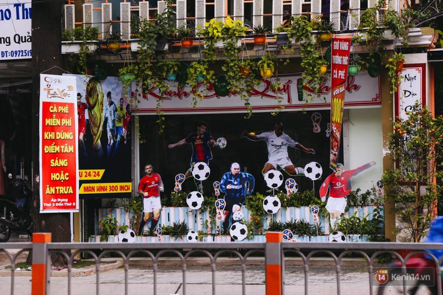 Không khí bóng đá tràn ngập các quán cafe, trong đó đặc biệt nhất là những quán mới khai trương đã trang trí đầy những hình ảnh về World Cup.