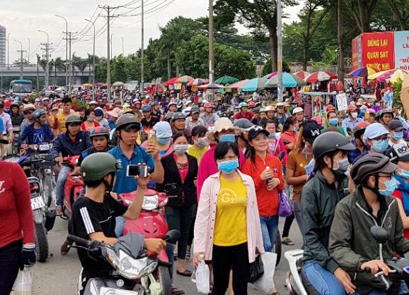 Công nhân công ty Pouyuen đình công, xuống đường. Ảnh: Lê Trai.