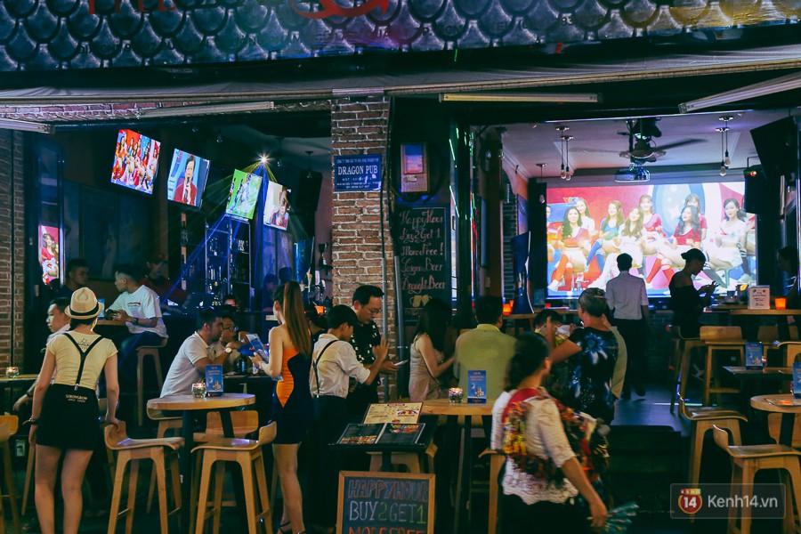 Các quán cafe, bar đặt nhiều màn hình tivi, máy chiếu để phục vụ khách.