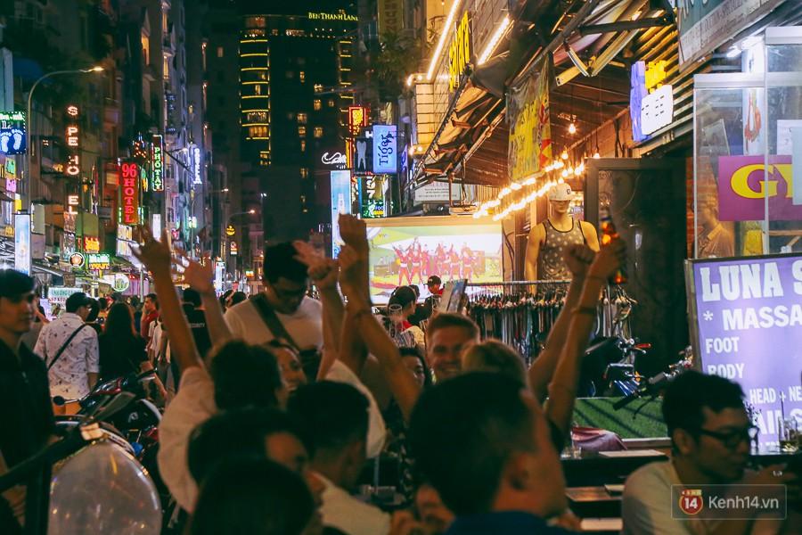 Các du khách nhảy theo điệu nhạc trong lễ khai mạc World Cup.
