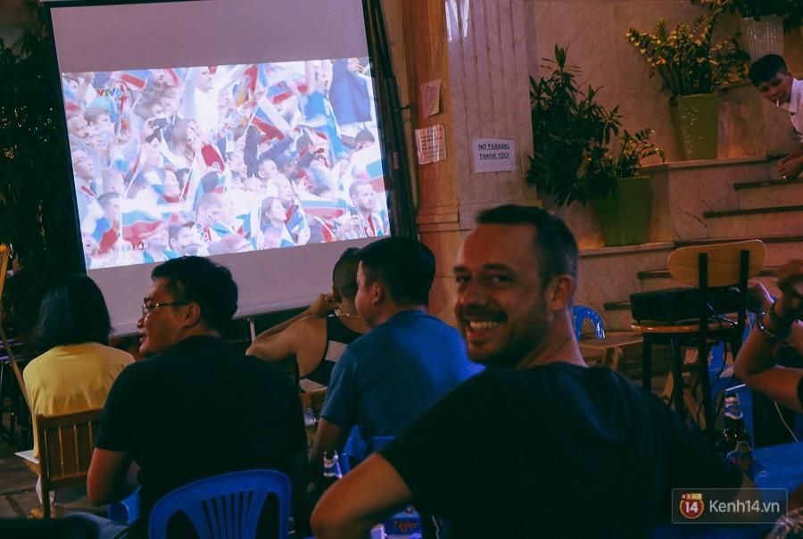 Hào hứng xem trận đấu đầu tiên của World Cup 2018.