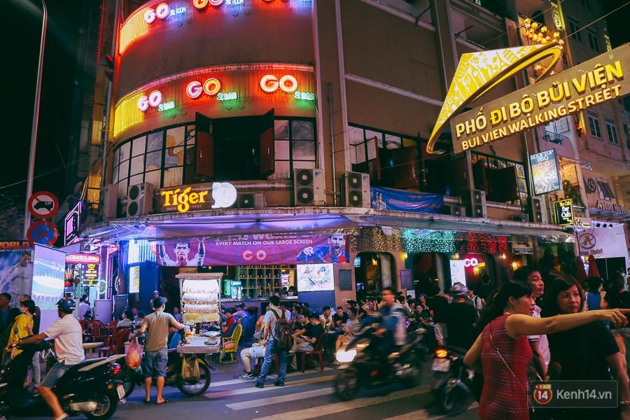 Không khí World Cup 2018 rộn ràng trên phố đi bộ Bùi Viện (Phố Tây Sài Gòn).