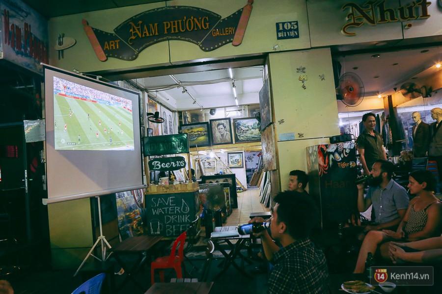 Du khách có thói quen uống bia để thưởng thức bóng đá tại phố Tây Bùi Viện.