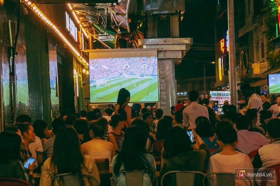 Khi trận đấu đầu tiên giữa Nga và Arabia Saudi bắt đầu thì hàng quán đã chật kín khách.