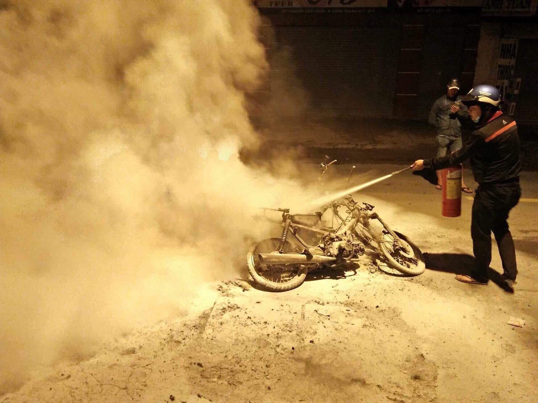 Người đân cố gắn dập lửa nhưng xe máy đã bị cháy trơ khung.