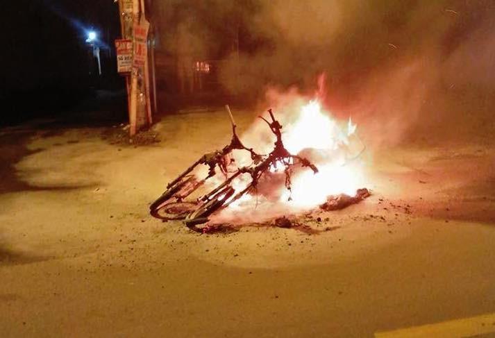 Hai chiếc xe máy bị cháy ngùn ngụt sau trận đấu bóng đá.