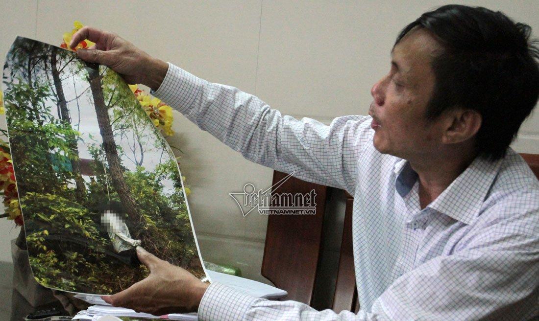 Ông Đào Quang Nghị (em trai chị H) cho PV xem hình ảnh hiện trường lúc phát hiện thi thể chị gái. Ảnh: Q.Huy