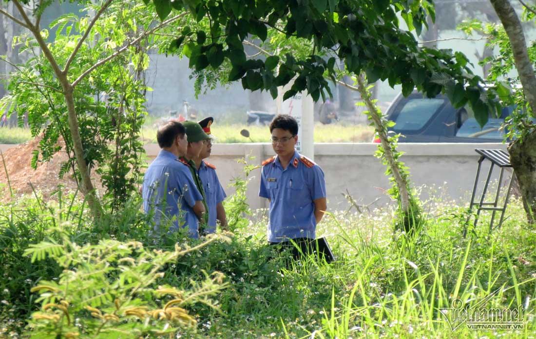 Đại diện Viện Kiểm sát, Công an tỉnh Nghệ An tại buổi khai quật, khám nghiệm tử thi. Ảnh: Q.Huy