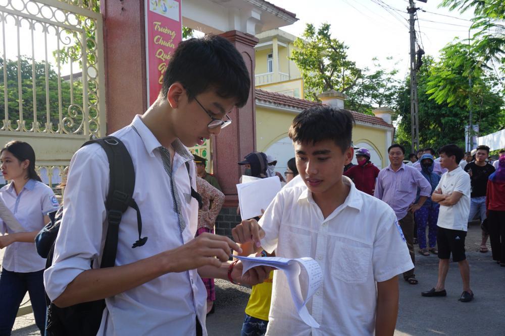 Các thí sinh trao đổi sau thời gian làm bài thi tổ hợp tại hội đồng thi trường THPT Lê Viết Thuật, TP.Vinh.