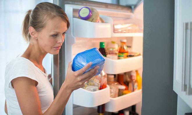 Nên cho thức ăn vào hộp và màng bọc thực phẩm.