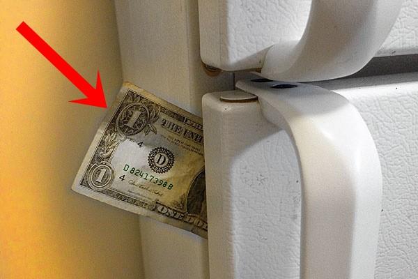Dùng tờ giấy kẹp giữa cánh cửa tủ lạnh như thế này, bạn sẽ ngạc nhiên khi biết kết quả.