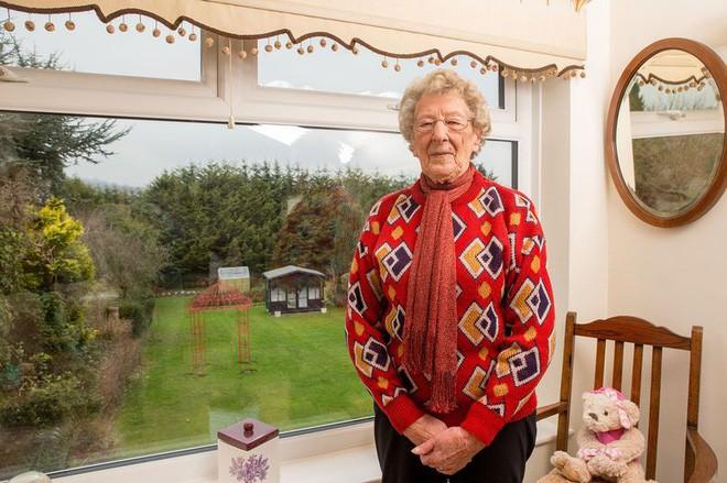 Bà Betty muốn chuyển đi nơi khác nhưng vì tuổi cao sức yếu nên... đành chịu.