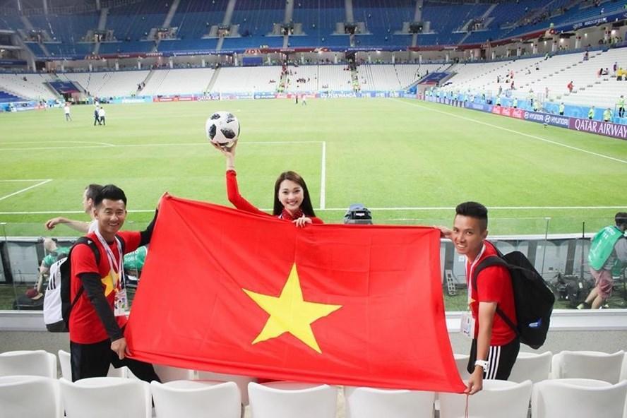 Nguyễn Thị Ngọc Nữ cùng những người bạn mang lá quốc kỳ của Việt Nam đến các SVĐ tại World Cup 2018. Ảnh: NVCC